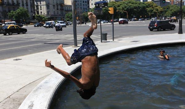 Ante la ola de calor algunos eligen las fuentes de la ciudad para refrescarse. Foto: LA NACION / Fernando Massobrio