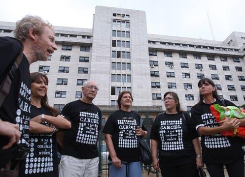 Familiares de las víctimas del accidente llegan a los tribunales para escuchar la sentencia. Foto: LA NACION / Maxie Amena