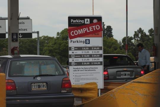 El estacionamiento del aeropuerto de Ezeiza totalmente colapsado de autos, las plazas se llenaron rápidamente y no hay lugar donde estacionar. Foto: LA NACION / Miguel Acevedo Riú