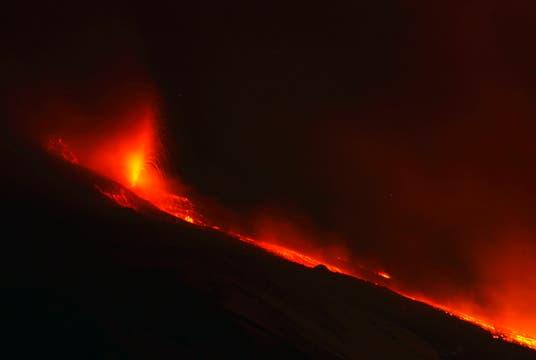 Espectacular río de lava provocado por la erupción del volcán Etna en Sicilia. Foto: Reuters