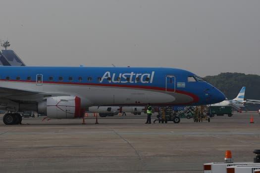 Aviones estacionados en aeroparque hasta tanto se reinicien los vuelos. Foto: LA NACION / Ricardo Pristupluk