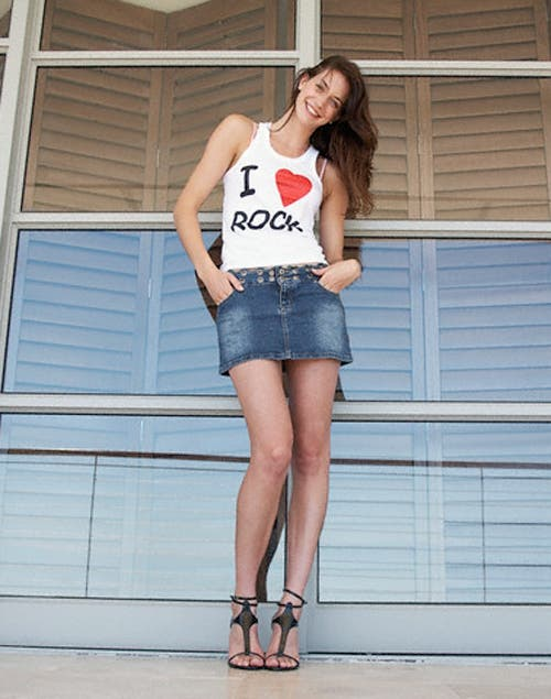 Minifalda, para mujeres por debajo de los 35 años y con muy buenas piernas. Foto:Archivo /Corbis