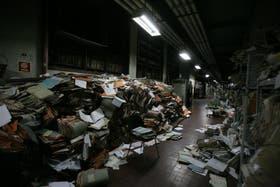 Los expedientes de habilitaciones de obras se apilan, en total estado de abandono, en el subsuelo del edificio
