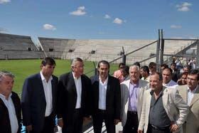 Gioja y Batista en el estadio de San Juan, que costó 86 millones