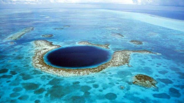 El Gran Lago Azul de Belice es una vasta depresión submarina de 91,5 metros de largo y 124 metros de profundidad. Foto: BBC Mundo