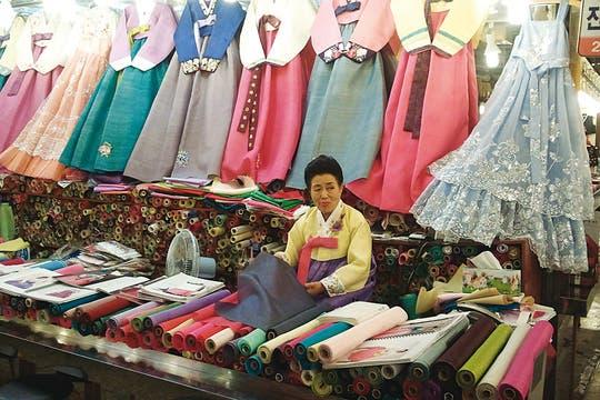 Más allá de la moda. Tradicionales y coloridos vestidos en un negocio de telas. Foto: Corbis