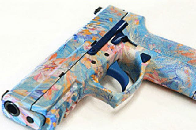 Hay armas de todos los colores, con preponderancia para tonos celestes o rosas para mujeres