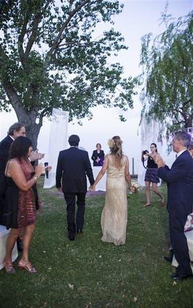Vicky Polak y Nacho Valdez, durante su casamiento, frente al río