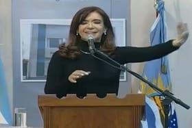 La Presidenta, con su mano, le pide a la mujer que la interrumpe comentar su situación al terminar el evento oficial en Río Gallegos