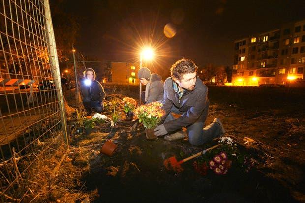 Militantes del medioambiente que recorren las metrópolis tirando bombas verdes, plantando libros y vistiendo árboles con crochet para transmitir su mensaje.De eso se trata la nueva guerrilla urbana.