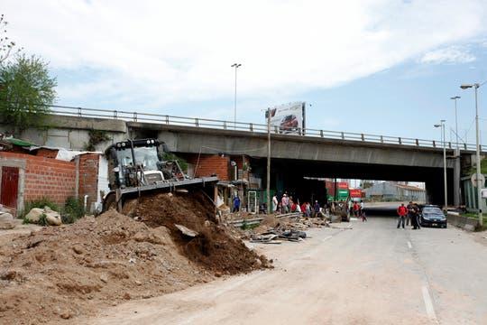 Las topadoras en plena tarea de demolición. Foto: LA NACION / Maxie Amena