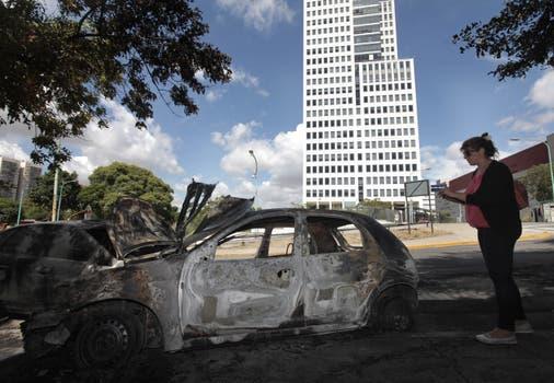 Detrás del DOT hubo varios autos incendiados. Foto: LA NACION / Soledad Aznarez