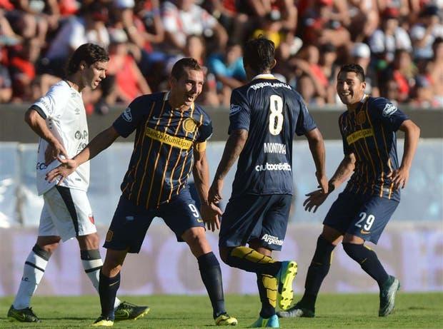 Ruben celebra uno de sus goles, con Montoya y Salazar; Rosario impresiona muy bien