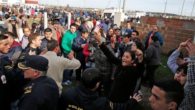 Hubo protestas y piedrazos contra el auto de Mauricio Macri en Mar del Plata