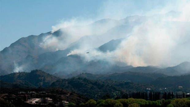 Los dos focos de incendio en San Luis se intensificaron ayer por el aumento del viento