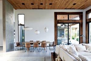 Una casa decorada con madera y cemento