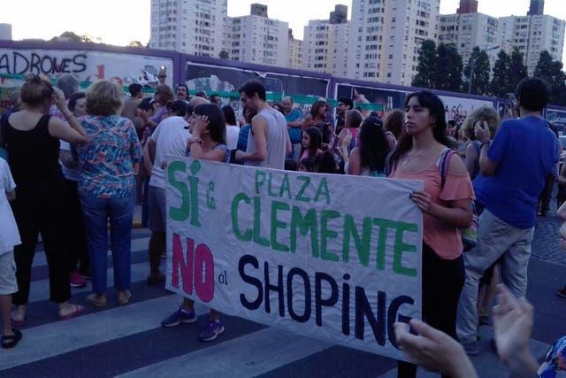 """Con el lema """"sí a la Plaza Clemente, no al shopping"""", la comunidad de Colegiales reclama para que no se instale un estacionamiento subterráneo y locales comerciales en la Plaza Clemente"""
