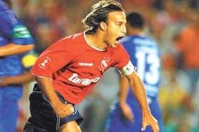 Daniel Quinteros, el capitán, corre, grita y goza con el primer gol; en el torneo que más disfruta, Independiente se recuperó del traspié ante Banfield