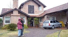Marina Lucero y su hijo Gonzalo en la puerta de su casa de Pilar