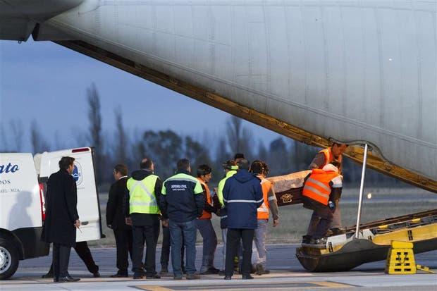Un avión Hércules de la Fuerza Aérea trasladó anoche de San Rafael a Buenos Aires a los 15 muertos del accidente