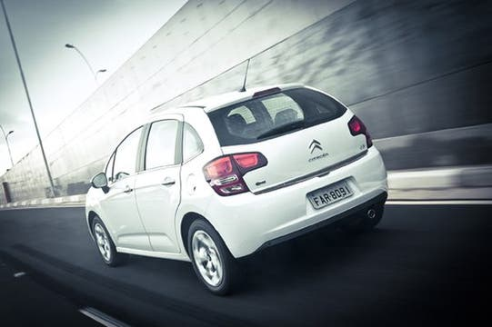 Todas las versiones tienen doble airbag, ABS y repartidor eléctronico de frenado.