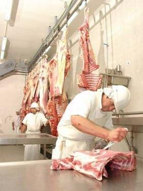 Tras pasar por la experimentada cuchilla de los despostadores, los cortes de caballo se envasan al vacío, en cajas de 25 kilos