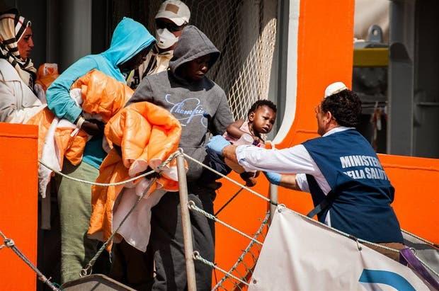 La llegada de inmigrantes subsaharianos, ayer, al puerto de Salerno