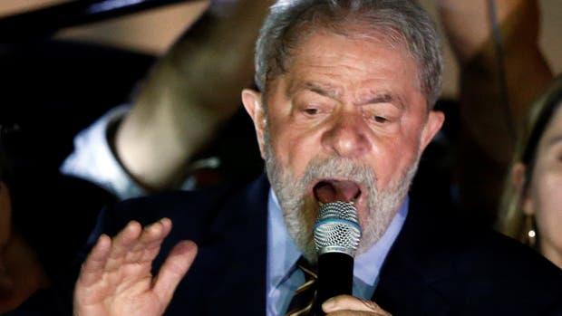 Lula da Silva habla ante sus seguidores después de dar testimonio ante el juez Sergio Moro