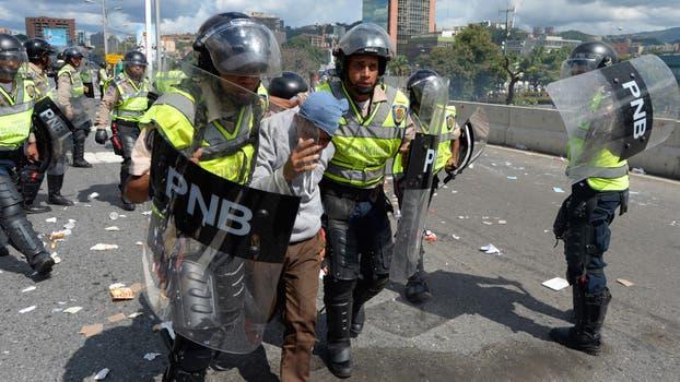 Un hombre que participaba en la marcha en oposición a Maduro es detenido. Foto: AFP / Federico Parra