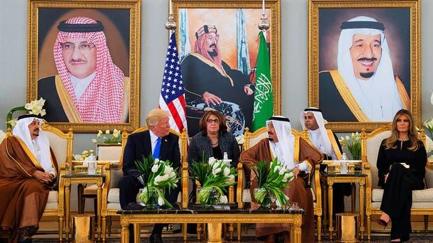 Donald y Melania Trump tomaron un café con el rey Salman en el aeropuerto