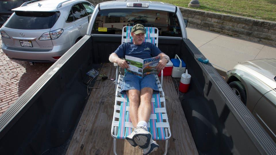 Un hombre espera el aclipse en la parte trasera de su camioneta en Iowa. Foto: AP