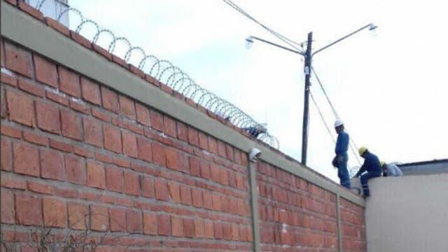 Operarios terminan la instalación de cámaras en la casa de Milagro Sala