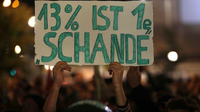 """""""El 13% es una verguenza"""", dice el cartel en una protesta en Berlín contra el avance de la ultraderecha"""