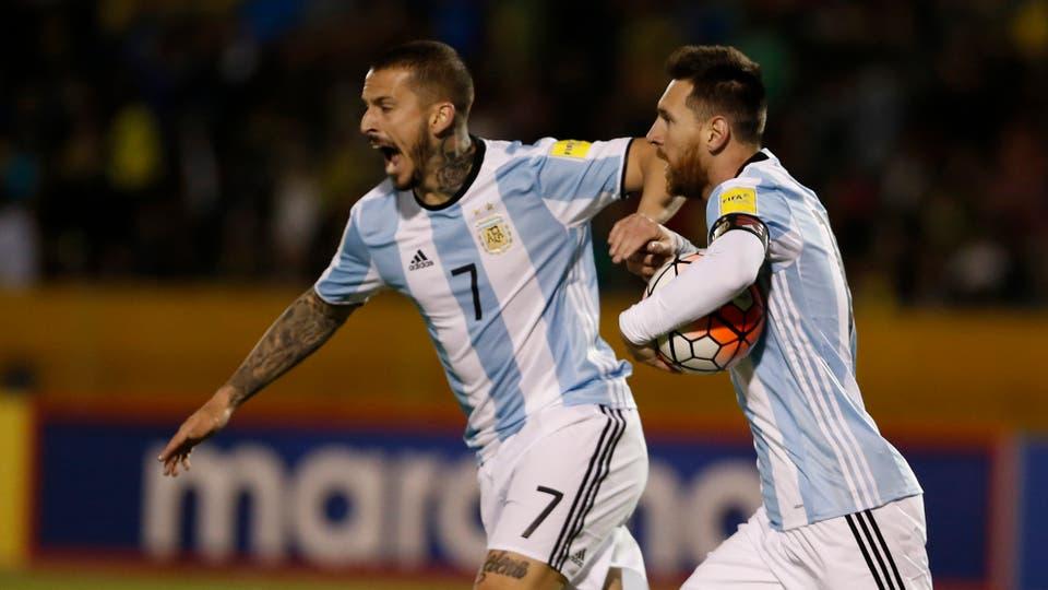 Lionel Messi, festejo con Benedetto. Foto: Fabián Marelli
