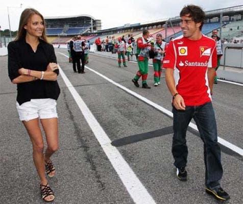 La modelo rusa, de 24 años, es la envidia de muchos en la Fórmula 1. La novia de Fernando Alonso lo acompaña por los circuitos y tuitea todo en su cuenta personal (@DashaKapustina)..