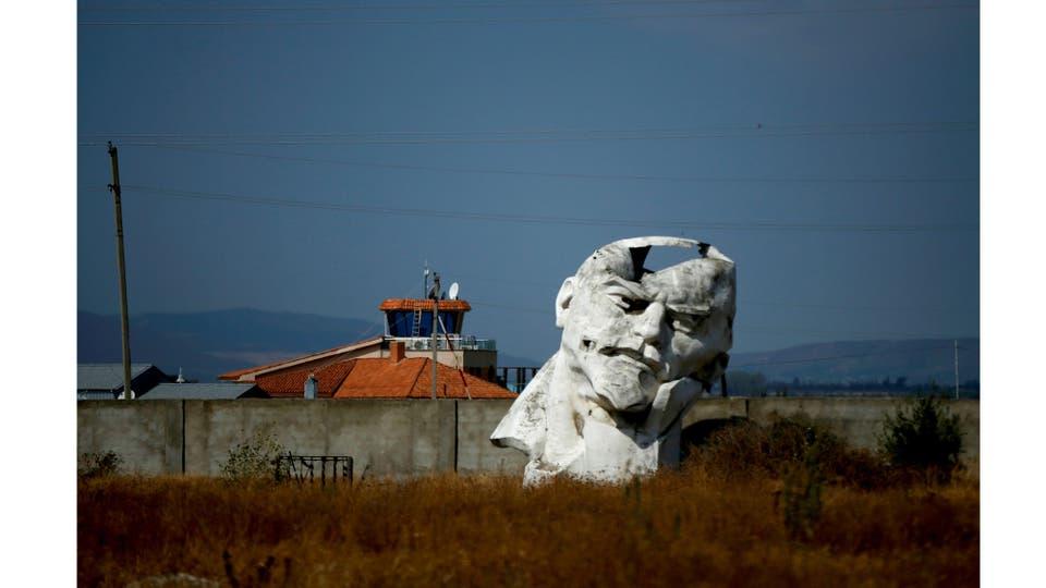 Un monumento dañado al fundador del estado soviético Vladimir Lenin yace en un patio privado abandonado a las afueras de Tbilisi, Georgia