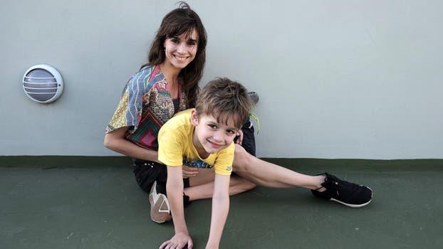 Nadia con su hijo Valentino, de 6 años, en el reencuentro de cada tarde en su casa . Foto: LA NACION / Hernán Zenteno