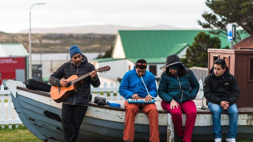 Chicos de un colegio de Chaltén viajaron a Malvinas. Foto: Gentileza Angel Adaro