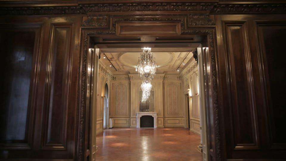 Los amplios salones franceses de la residencia, testigos de glamorosos cócteles y desfiles de moda, serán divididos para venderse como departamentos. Foto: LA NACION / Soledad Aznarez