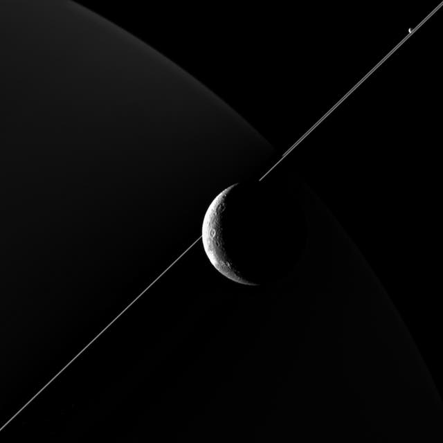 La luna Dione tomada desde 516 kilómetros de distancia