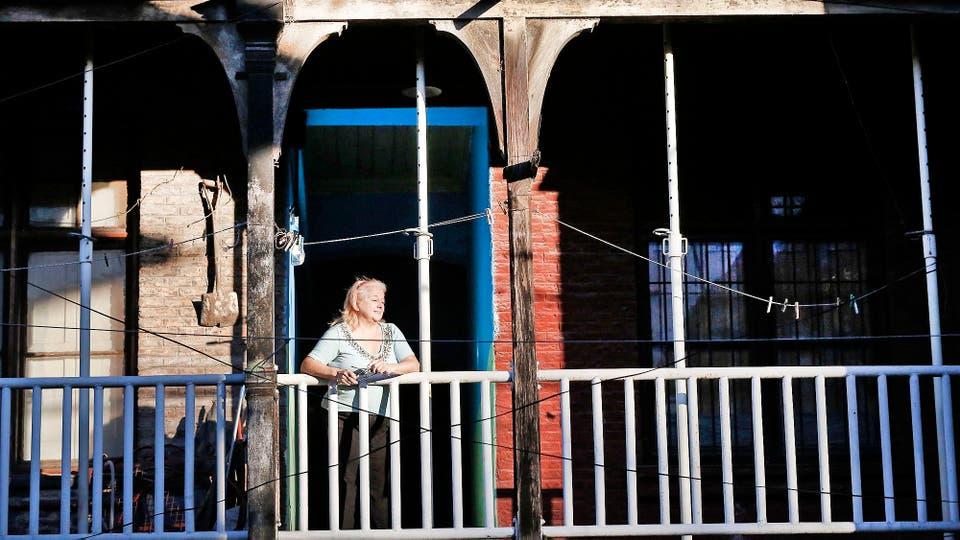 Colonia Sola es un barrio inglés de 1889, fue construido por el Ferrocarril del Sud para sus trabajadores, tiene techos y paredes apuntaladas y su estado general está muy deteriorado, una ley y una medida cautelar obligan a la Ciudad a mantenerlo. Foto: LA NACION / Agustín Marcarián