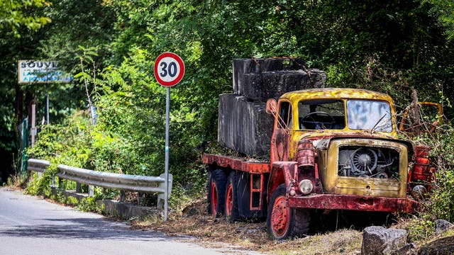 Un viejo camión abandonado cargado con mármol al costado de la ruta en Carrara