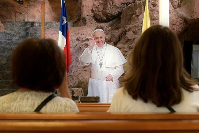 Una figura de Francisco resalta dentro de una iglesia en Iquique