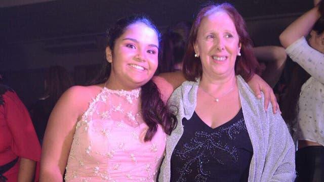 """Laura """"Lali"""" Palacios durante el festejo de sus 15 años junto a María Rosa, la enfermera"""