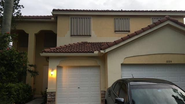La casa de Carola Canessa en Miami, totalmente cerrada y tapada para evitar que se rompan ventanas o puertas con la llegada del Huracán Matthew