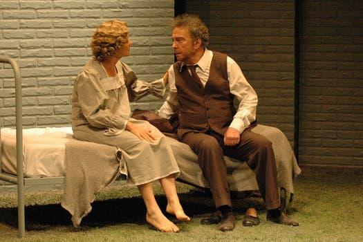 Con María Onetto, en una escena de Muerte de un viajante.
