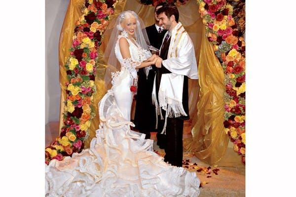 Un vestido muy al cuerpo con una cola con muchos volados para Christina Aguilera cuando se casó con Jordan Bratman, en 2005. Foto: In style