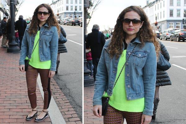Campera de jean sobre sweater verde flúo. Pantalones de raso estampados con detalle lateral en negro. ¿Lo que se viene? ¡Chatitas con tobillera!.