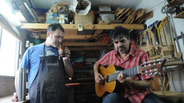 Pepe Luna toca su guitarra y lo mira de cerca su luthier, Alex Leibiusky