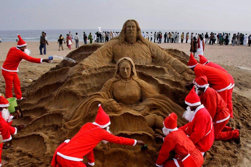 Escultura en arena realizada por fieles en las proximidades de Bhubaneswar, India. Foto: AP